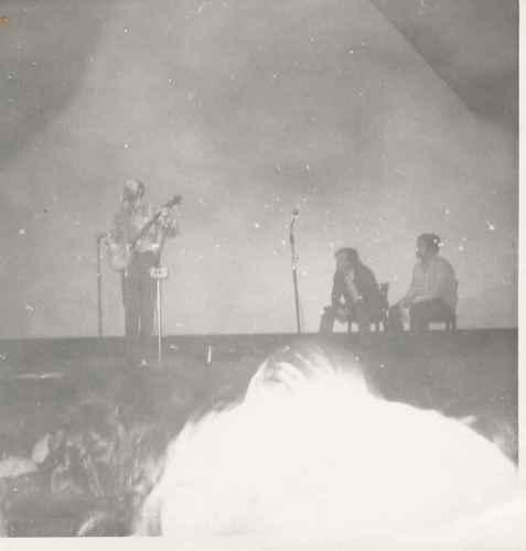 Pete Seeger Donostian Lete eta Artze begira dituela.  Argazkia: JM Velez de Mendizabal